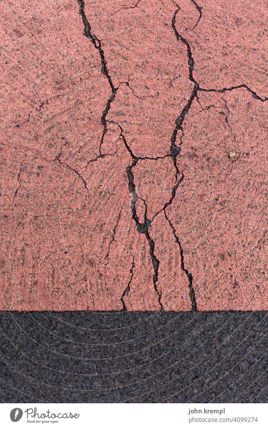 Riss dich zusammen! Betonboden Asphalt asphaltdecke Verfall Markierung Wegmarkierung Bodenbelag verwittert Verwitterung verwitterungsspuren Radweg