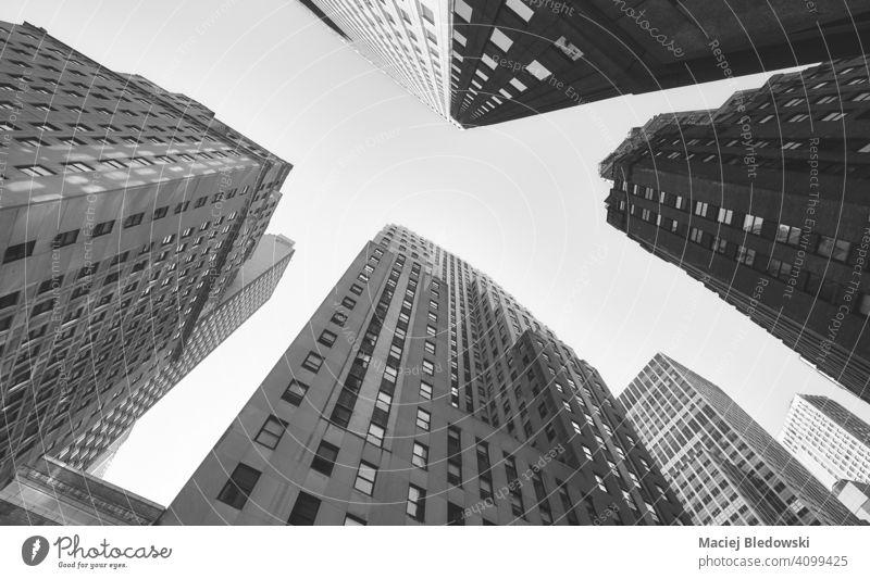 Blick nach oben auf Manhattan Gebäude, Schwarz-Weiß-Bild, New York City, USA Großstadt New York State Business Wolkenkratzer Büro nachschlagen schwarz auf weiß