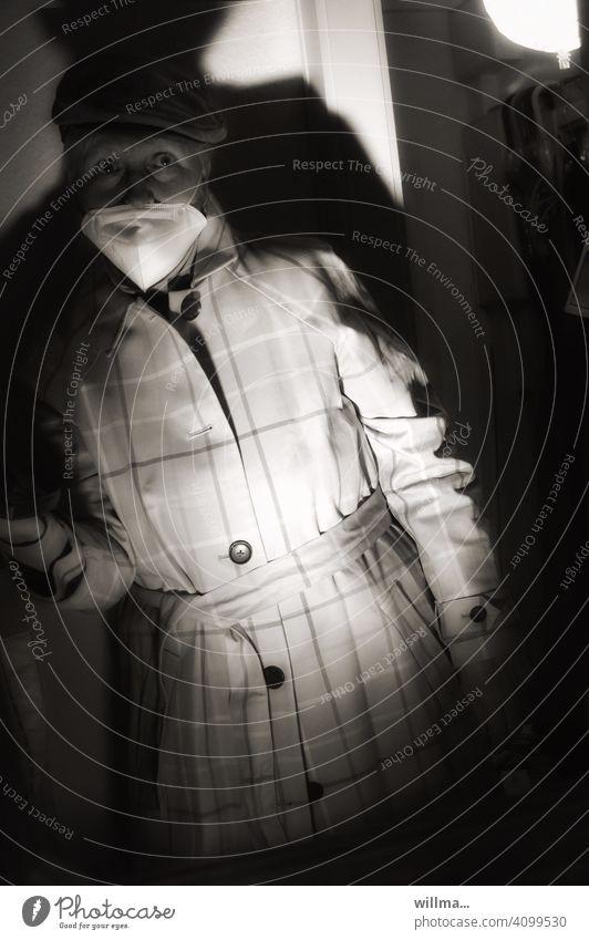 Die Unwissenheit trägt einen Mantel Frau Mundschutz Angst Sorge Pandemie Schutz Corona Corona-Virus COVID covid-19 Schützen Coronavirus Infektionsgefahr Maske