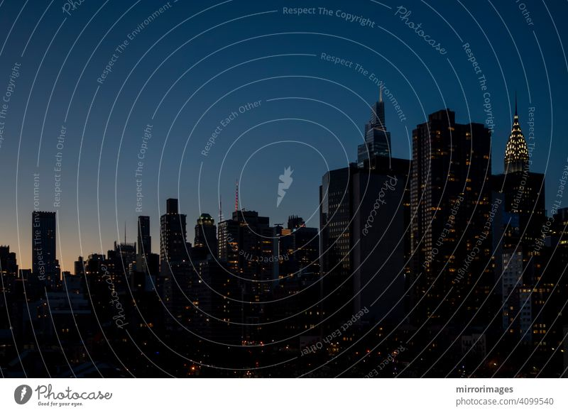 New York City Gebäude Nachthimmel mit Lichtern und untergehende Sonne Hochhausbau Nachtzeit Dämmerung amerika Struktur nyc wohnbedingt Fenster Metropole USA