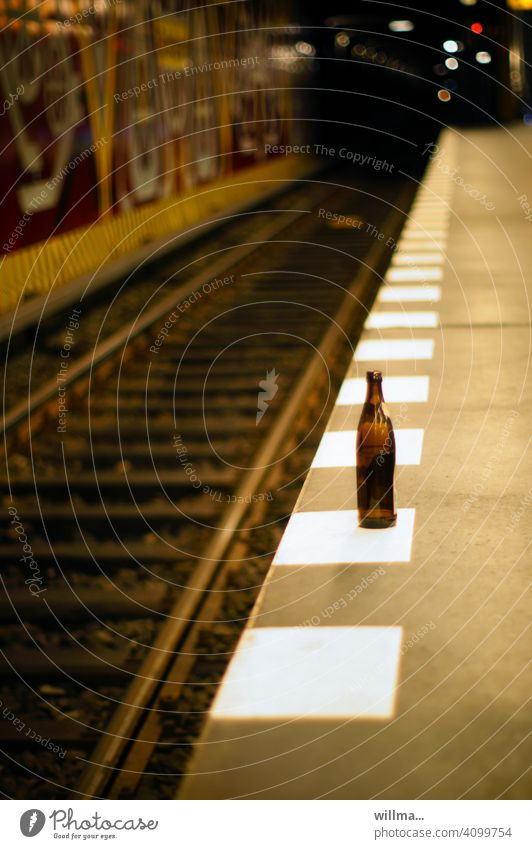 warten auf entzug Bierflasche leer Bahnsteigkante U-Bahn Gleise Haltestelle Station U-Bahnstation U-Bahntunnel S-Bahnhof S-Bahn Station Zug verpasst