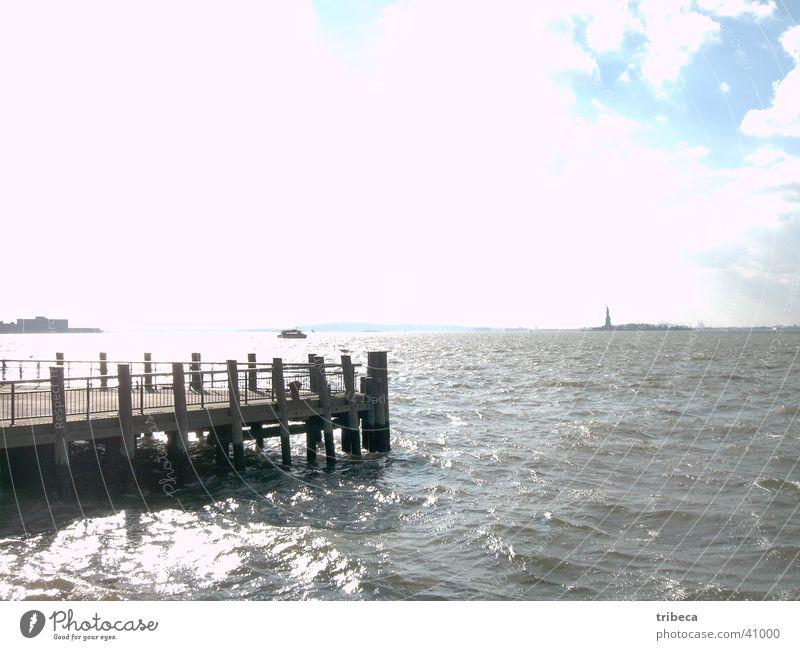 Miss Liberty strahlt New York City Meer Steg Licht Ferne Nordamerika Manhatten Freiheit Freiheitsstatue
