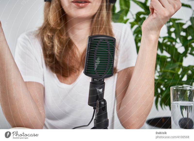 Frau Aufnahme Online-Podcast zu Hause. Mikrofon auf dem Tisch. Heimstudio Arbeitsplatz Aufzeichnen online Atelier Radio Blogger Rundfunksendung Ausstrahlung