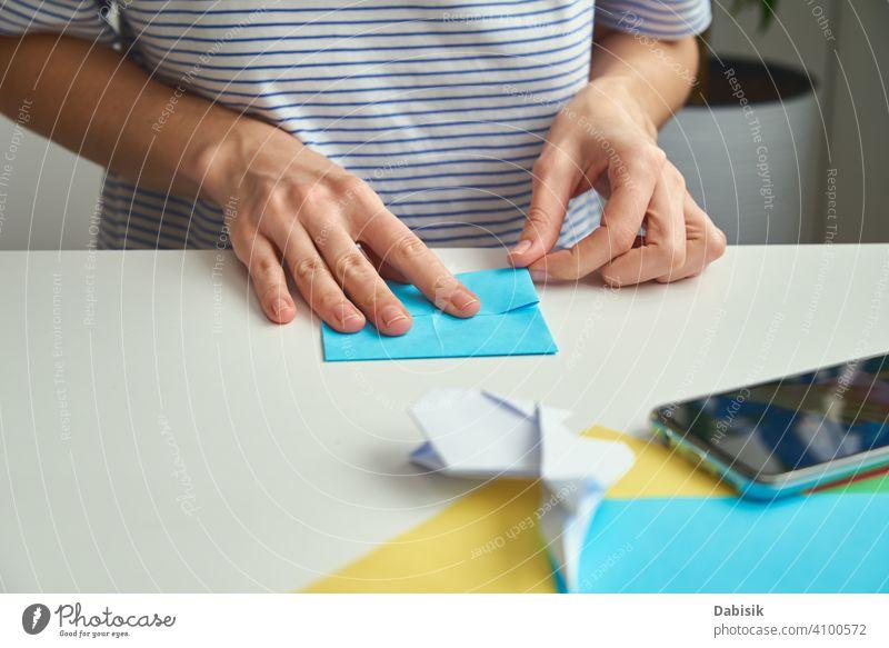 DIY-Konzept. Frau machen Origami Ostern Kaninchen aus Farbe Papier. Origami Unterricht Prozess Hand Hobby handgefertigt Kunst Handwerk Hintergrund Kreativität
