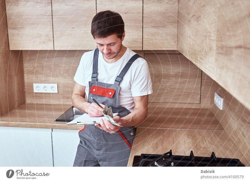 Klempner unterzeichnet einen Vertrag für die Dienstleistungen in der Küche Arbeiter Heimwerker Mechaniker Mann Job Beruf Techniker Flugzeugwartung männlich