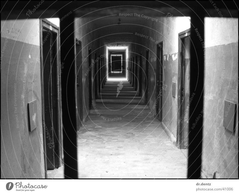 Konzentrationslager Dachau ruhig schwarz dunkel Gefühle Tod Traurigkeit Trauer historisch Justizvollzugsanstalt schwer Deportation