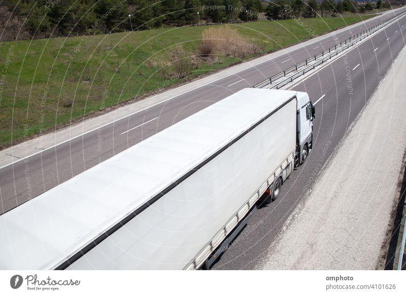 Moving LKW mit hoher Geschwindigkeit auf dem Land Autobahn in einem hellen Tag Lastwagen Verkehr Straße Fracht Fahrzeug Ladung Versand Anhänger Industrie