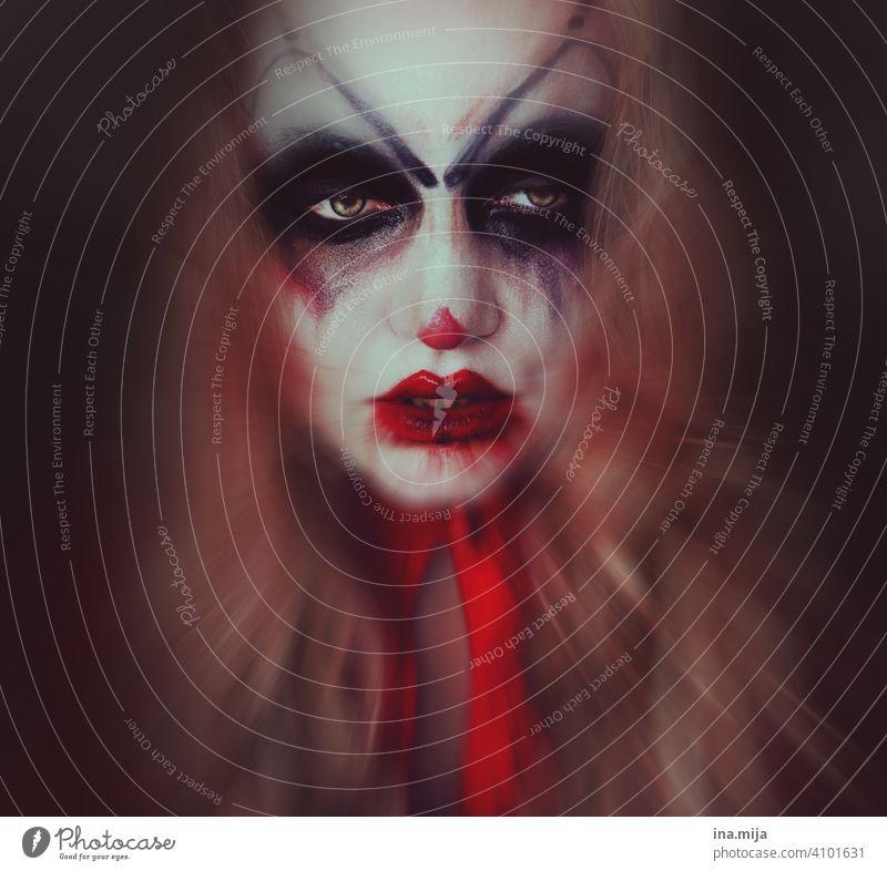 Der Clown hinter der Maske gruselig gruseliger Clown Angst Gesicht Halloween Schminke bedrohlich Zirkus Porträt Karneval Blick unheimlich spooky gruseln Mensch