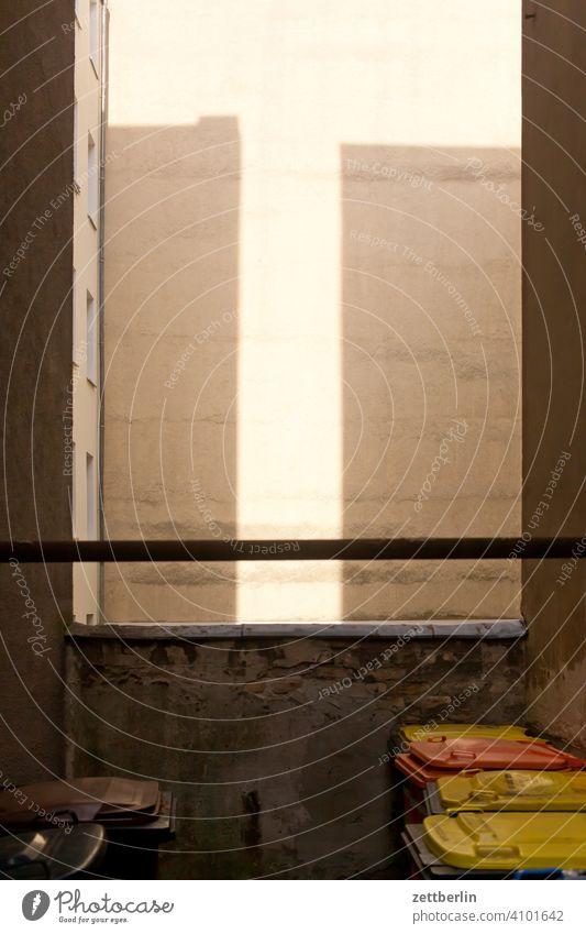 Teppichklopfstange im Hinterhof altbau außen brandmauer fassade fenster haus hinterhaus hinterhof innenhof innenstadt mehrfamilienhaus menschenleer mietshaus