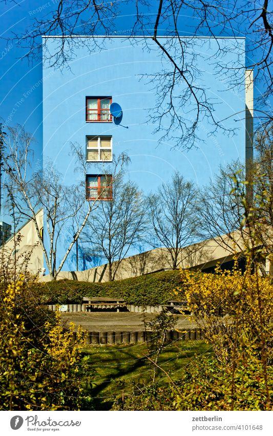 Blaues Haus vor blauem Himmel abend architektur berlin büro city deutschland dämmerung froschperspektive hauptstadt haus himmel hochhaus innenstadt mitte modern