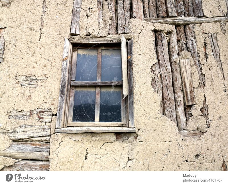 Altes Holzhaus mit Sprossenfenster und bröckelndem Putz in der Altstadt von Tarakli bei Adapazari in der Provinz Sakarya in der Türkei Fenster Holzfenster glas