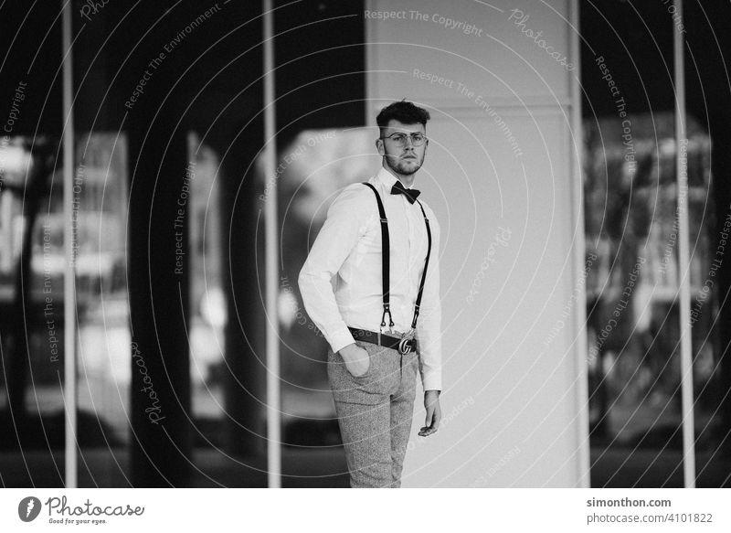 Gentleman Uhr erfolgreich gentleman hosenträger style Schwarz-Weiß-Fotografie Außenaufnahme trendy modern Blick Model Straße Business urban gutaussehend Student