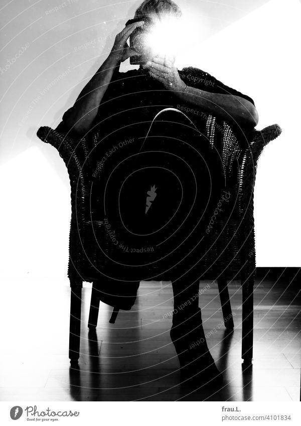 Blitzlichtselfie im Korbsessel Spiegel posieren fotografieren Frau Selfie Innenaufnahme Stiefeletten Highheels Spiegelbild Selbstportrait