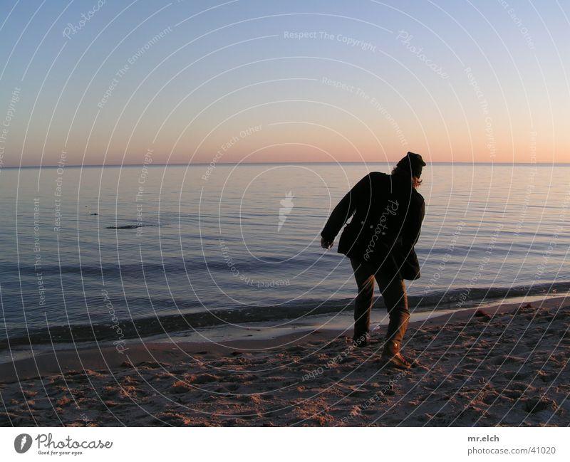 Steinwurf Mann Meer Strand ruhig Einsamkeit Horizont Romantik werfen Windstille