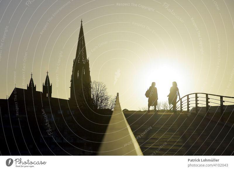 Im Schattenlicht frühling silhouetten freude frauen glaube religion gemeinsamkeit aufblühen erleichterung spaß menschen leute personen schatten kirche abendrot