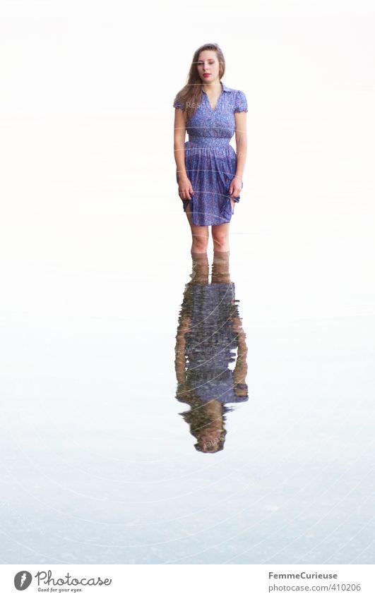 Wasserelfe (I) feminin Junge Frau Jugendliche Erwachsene 1 Mensch 18-30 Jahre Natur Urelemente Wassertropfen schön Zufriedenheit See Elfe Nixe bewegungslos