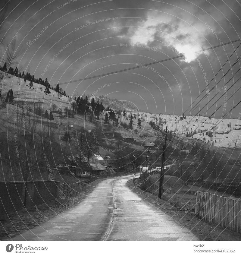 Balkanpiste Rumänien Straßenverkehr Kurve Vorsicht Asphalt Fernweh Panorama (Aussicht) Hügel Klima Wetter Sträucher Wald kalt schwarz weiß karg Osteuropa