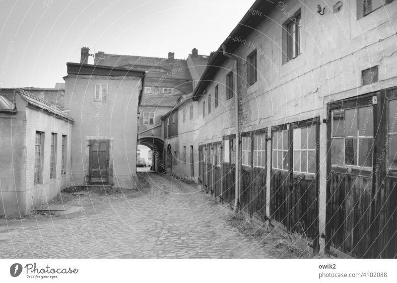 Centralgaragen Bautzen Hinterhof Häuser alt historisch Torbogen Garagen Tore geschlossen Gelände verwinkelt Fenster Wand Fassade grau Straßenpflaster Gebäude
