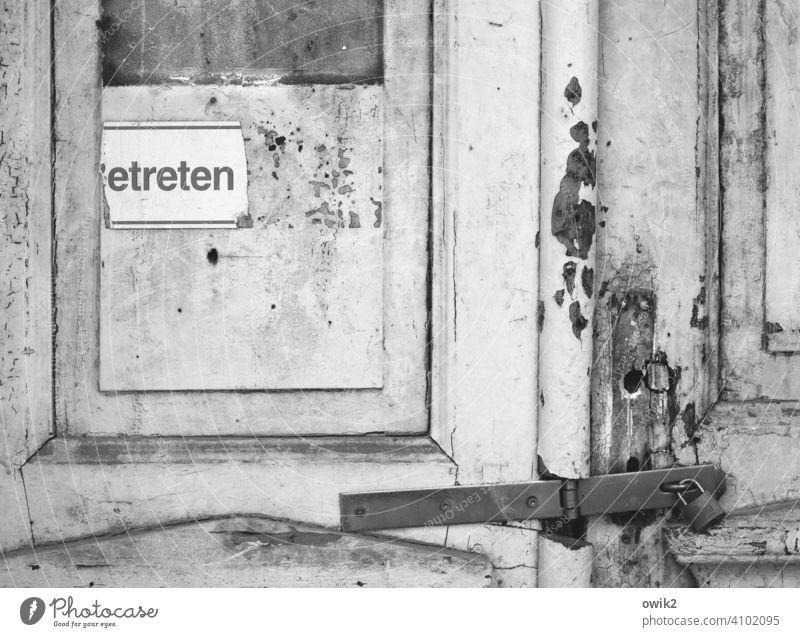 Auszeit Tür Detailaufnahme abblättern abbröckeln Fassade kaputt Ruine Vergänglichkeit marode Unbewohnt lost places baufällig Abriss schadhaft Schwarzweißfoto