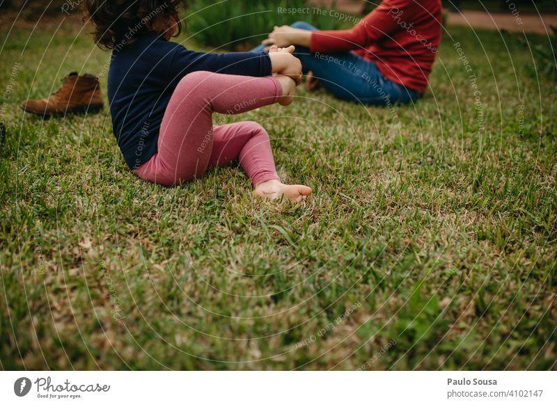 Kind barfuß auf dem Gras Mädchen 1-3 Jahre Kaukasier Barfuß Frühling Fuß niedlich Wiese Sommer Farbfoto Mensch Kindheit 3-8 Jahre Außenaufnahme Kleinkind Tag