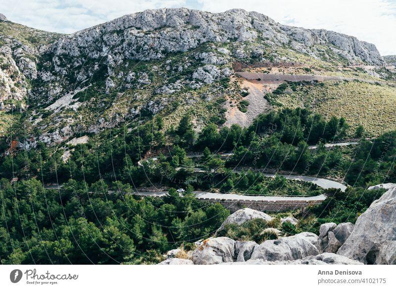 Kurvenreiche Straße von Palma de Mallorca, Spanien palma palma de mallorca geschlängelt Hügel Serpentinen Insel balearisch Wald Bäume Fahrradfahren Europa