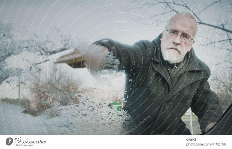 Nebenjob Auto Frontscheibe vereist Winter Glasscheibe Eis kalt frostig PKW kratzen gefroren unangenehm mühevoll mühsam entfernen Außenaufnahme Farbfoto