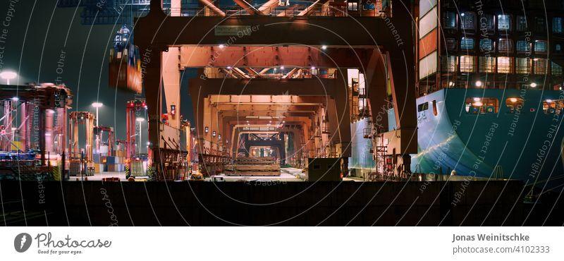 Containerterminal in Hamburg am Abend Europa Export bügeln Brücke Kranschiff Fracht Hamburger Hafen Containerschiffskran Spedition Gefäße Verteilung eurokai