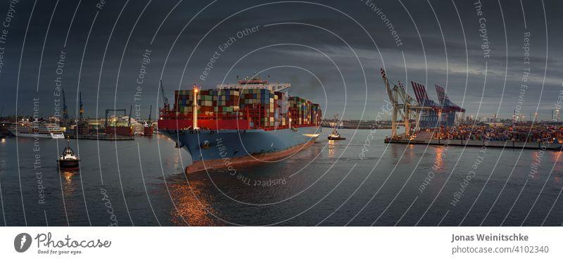 Großes Containerschiff an einem Terminal in den frühen Abendstunden Wirtschaft Transporter Handel Handhabung Licht ungeladen maritim Himmel Tiefwasser Versand