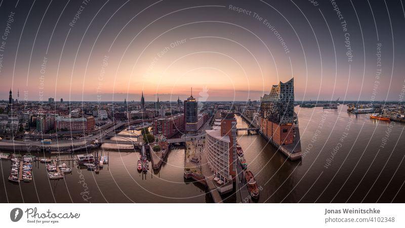 Panorama der Hafencity und Speicherstadt in Hamburg am Morgen Antenne Landungsbrücken Deutschland Sehenswürdigkeiten historisch Architektur Elbe Fluss wolkenlos