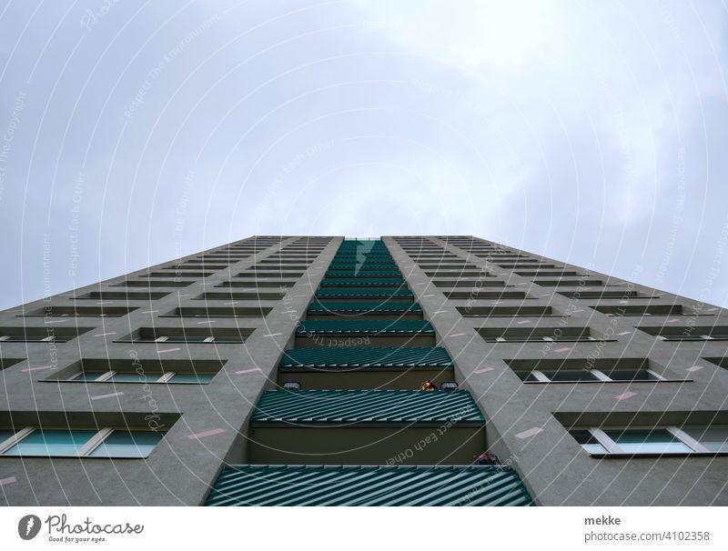 Symmetrische Hochhausfassade mit Balkonen in Blickrichtung Himmel Haus Beton Architektur Marzahn Gebäude Fassade Plattenbau Fenster Bauwerk Stadt