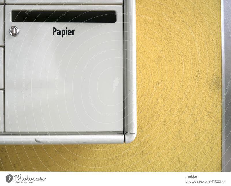 Briefkasten oder Mülleimer Papier Einwurf Post Einwurfschlitz Schlitz Wohnhaus Wand Urbanes Leben Mehrfamilienhaus Briefkästen Minimalismus Wohnen Stadtleben