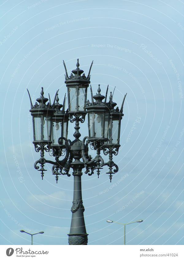 Kampf der Kulturen Laterne Semperoper Dresden klassisch Straßenbeleuchtung Reichtum Licht Europa alt modern neu
