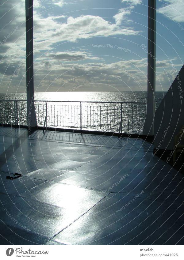 Tor zur Welt Fähre Skandinavien Wasserfahrzeug Gegenlicht Sauberkeit Horizont Meer Stahl Reflexion & Spiegelung Schifffahrt Sonne Parkdeck Reeling kahl Ostsee