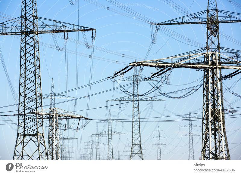 Stromtrasse, Hochspannungsleitungen an hohen Strommasten. Formatfüllend Elektrizität Stromautobahn Stromtransport Stromversorgung Überlandleitung