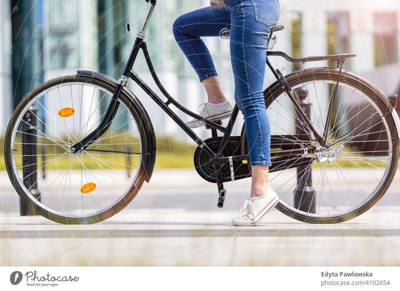 Beine einer jungen Frau auf einem Fahrrad aktiv in Bewegung Pendler Verkehr Zyklus Fahrradfahren Radfahren Gesundheit umweltfreundlich ökologisch genießend