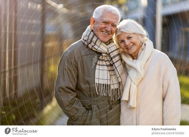 Senior Paar umarmen im Freien im Herbst Frau Liebe Menschen Zusammensein zwei reif Rentnerinnen Mann Zusammengehörigkeitsgefühl in den Ruhestand getreten alt
