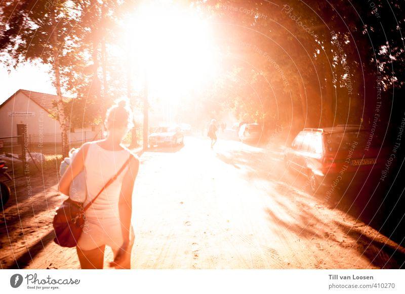 sundowner Glück Mensch feminin 1 2 18-30 Jahre Jugendliche Erwachsene Sommer Wetter Schönes Wetter Baum Unterhemd Hotpants Tasche brünett Zopf laufen wandern