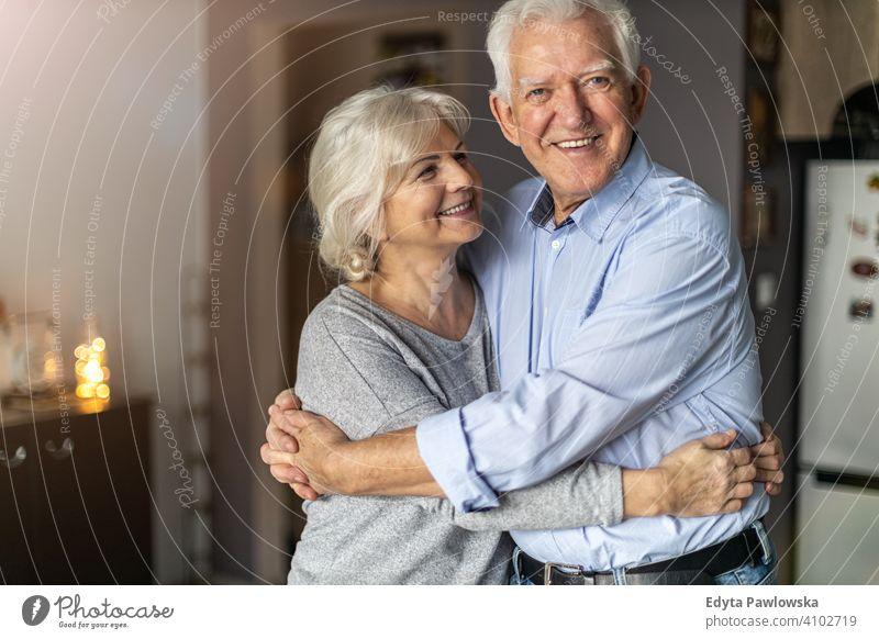 Glückliches älteres Paar, das sich in seinem Haus umarmt Frau Liebe Menschen Zusammensein zwei Senior reif Rentnerinnen Mann Zusammengehörigkeitsgefühl