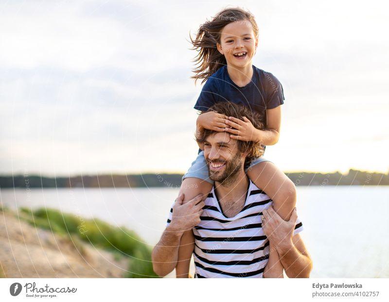 Vater mit einem Kind den Tag am Strand verbringen MEER See Feiertage Urlaub Natur Sommer Familie Eltern Sohn Junge Kinder Zusammensein