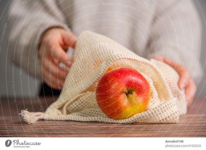 Äpfel in einer umweltfreundlichen Tasche, Umweltfreundliche Tasche mit roten frischen Äpfeln mit Kopierraum, Obst, Gesundheit, Umweltkonzept Öko wiederverwenden