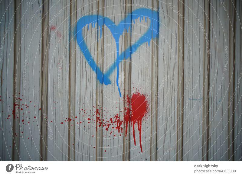 Blaues Herz als Symbol der Liebe, Graffiti an dem Tor einer Garage. Gefühle Schriftzeichen Wand Liebeserklärung Farbfoto Liebesbekundung Menschenleer Zeichen