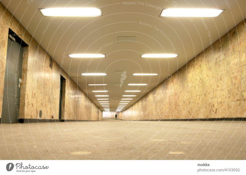 Beleuchteter sauberer Bahnhofstunnel in Berlin Marzahn Unterführung Tunnel Stadt Verkehr Wege & Pfade Tunnelblick leer Architektur unterirdisch Symmetrie
