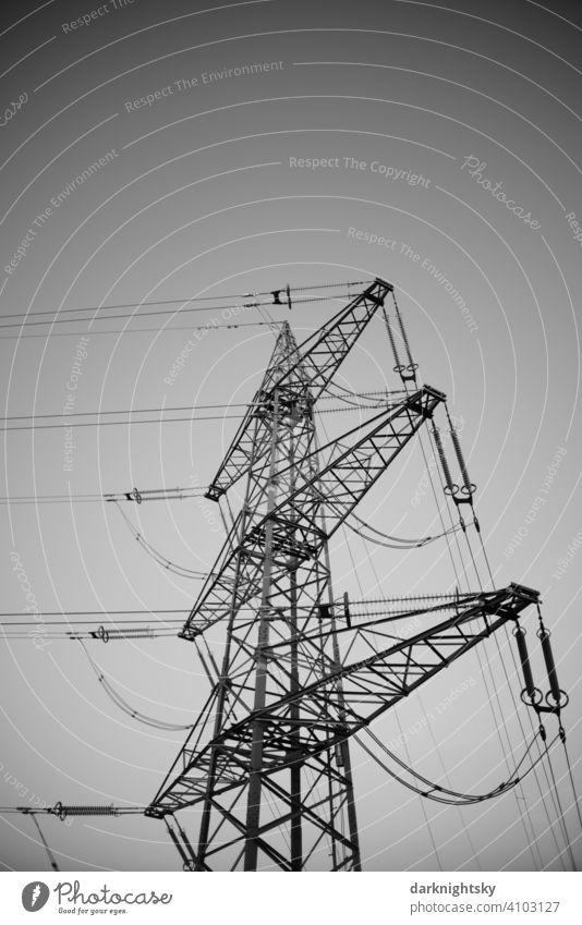 Mast mit elektrischen Leitungen und Kabeln für den Transport von elektrischer Energie Klima Pylon Umweltschutz Übertragungsleitung Oberleitung Klimawandel