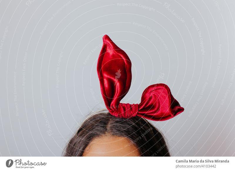 Junge Frau mit schwarzem Kleid und roter Schleife im Haar. Modefotografie. Herbst / Winter Mode. Haar-Accessoire. schön Schönheit Blogger Eleganz Gesicht