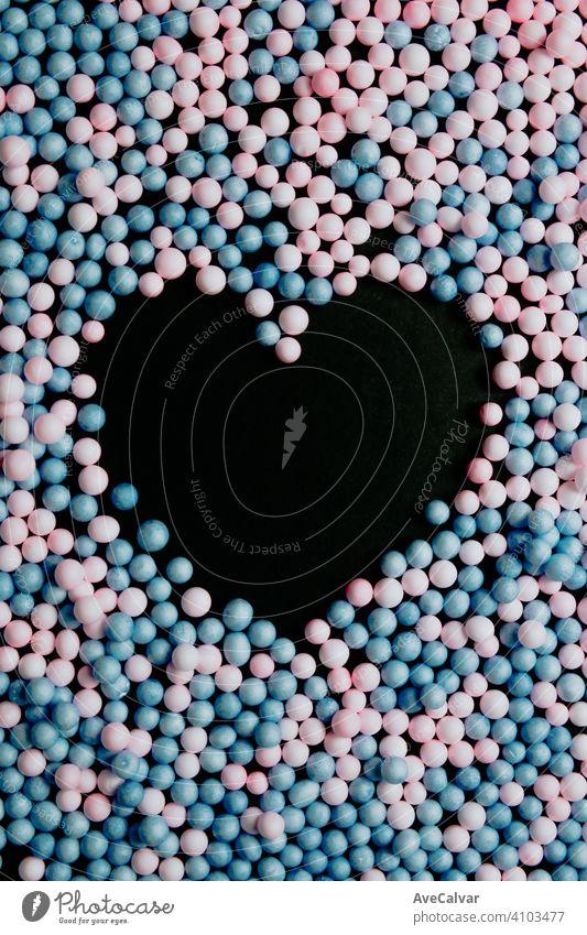 Ein schwarzes Herz in der Mitte von rosa und blauen Ballons Liebe und Gleichheit Konzepte Hintergrund Freiheit Heirat Stolz Geschlecht trans Fahne Glück