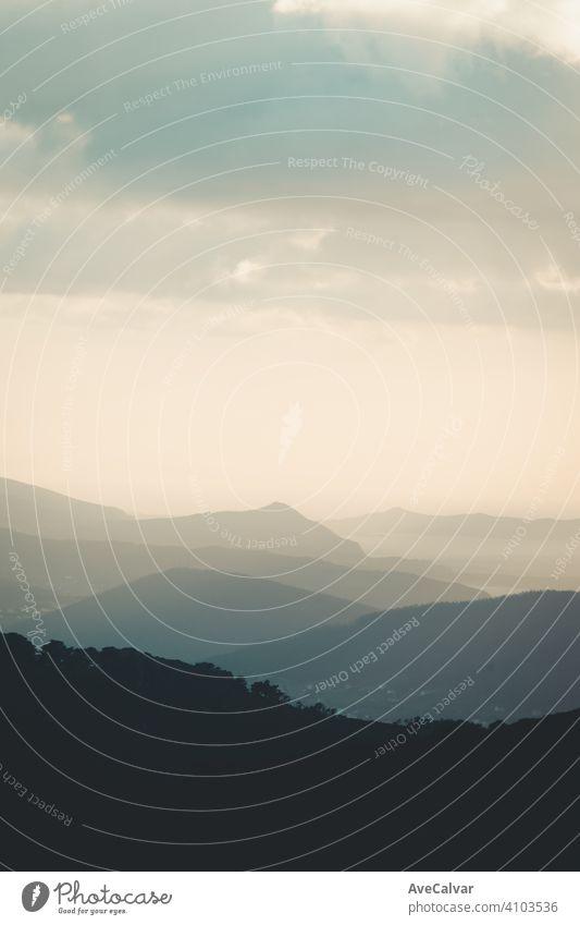 Ein Berg in der Nähe des Ozeans Freiheit Konzept mit Kopie Raum und dunkle Schatten und Kontraste Inspiration Sonnenaufgang Ambitus Erkundung Lichtschein