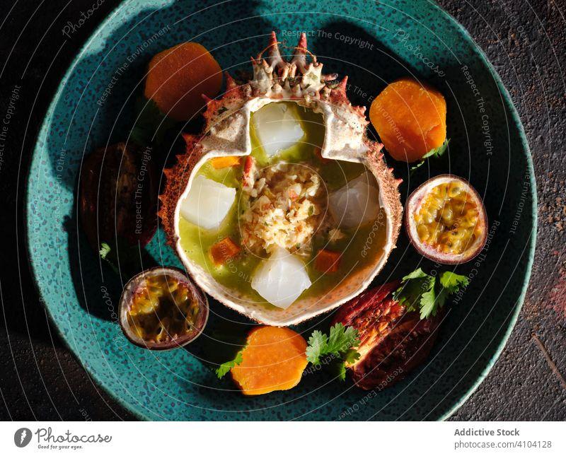 Teller mit köstlichem Ceviche in einer Spinnenkrabbenschale Speise Meeresfrüchte Restaurant Panzer Fleisch Frucht exotisch Exquisit marin tropisch traditionell