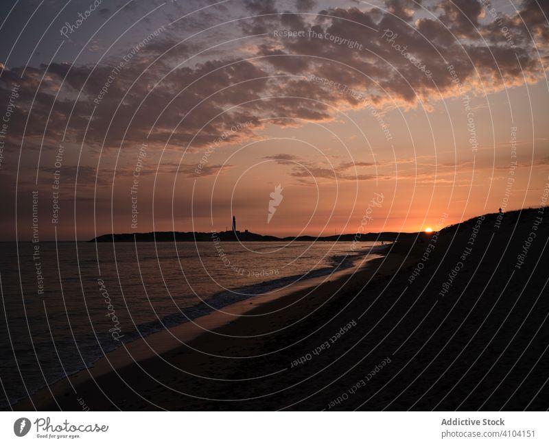 Wunderschöner Sonnenuntergang über dem Meer bei bewölktem Himmel MEER Wolken Wasser Rochen Abend dunkel Küste Strand Ufer Windstille Uferlinie ruhig Licht