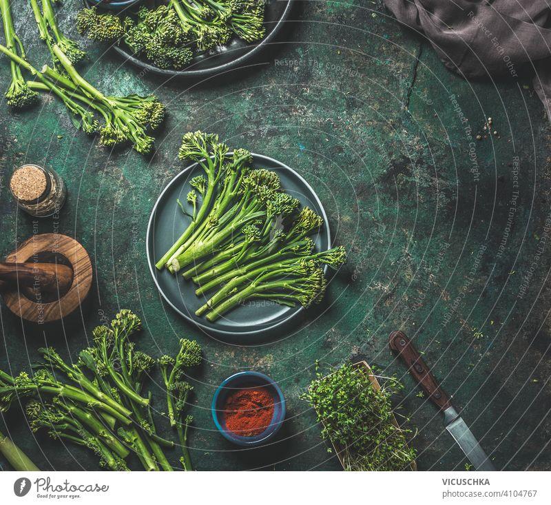 Wilder Brokkoli auf dunklem rustikalem Hintergrund . Vorbereitung zum Kochen. Ansicht von oben. Gesundes Essen wild dunkel Essen zubereiten Draufsicht