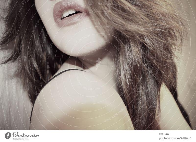 - feminin Haare & Frisuren Lippen 1 Mensch atmen Erotik Leidenschaft Wachsamkeit Sehnsucht Gedeckte Farben Innenaufnahme Textfreiraum unten Kunstlicht Porträt